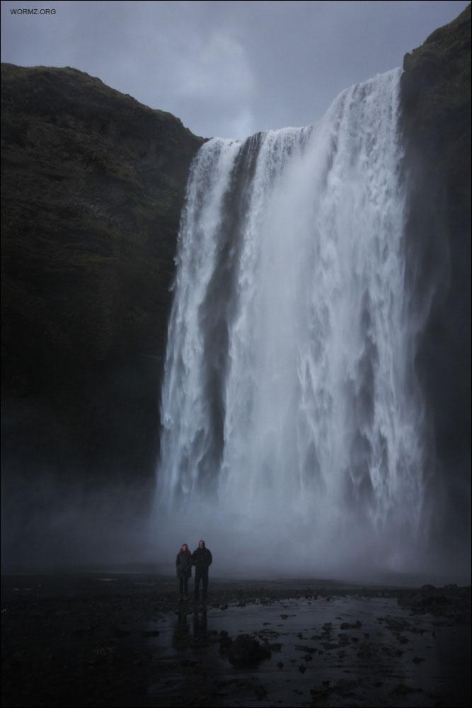 Jussi ja Noora vesiputouksella