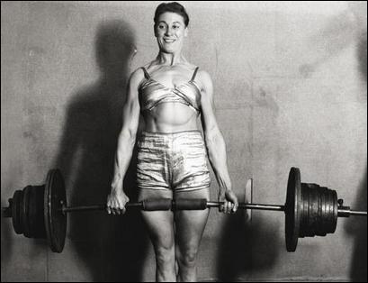 Fitness nainen treenaa.